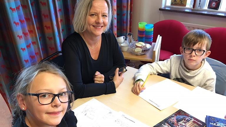 Deckarskola med författaren Åsa Öhnell och några av kursdeltagarna Amanda Schutzer och Vincent Karlsson.