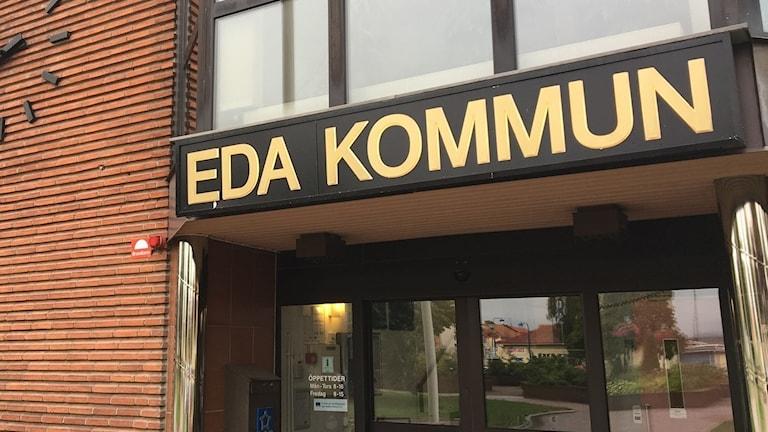 Eda kommun, entrén till kommunhuset. Foto: Sveriges Radio.