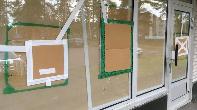 Tejpade fönster. Foto: Per Larsson/Sveriges Radio.
