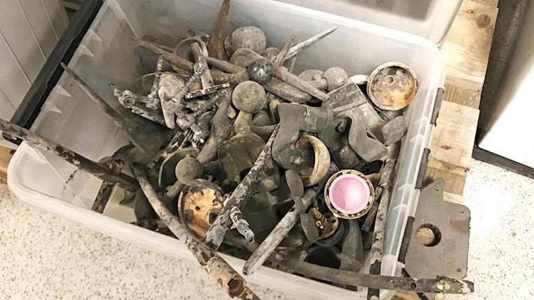Implantat från krematorier i en plastlåda, Foto: Laila Carlsson/Sveriges Radio.