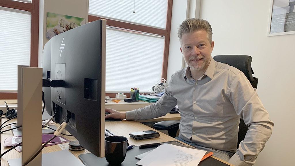 man på kontor, foto: Jonas Berglund/Sveriges Radio