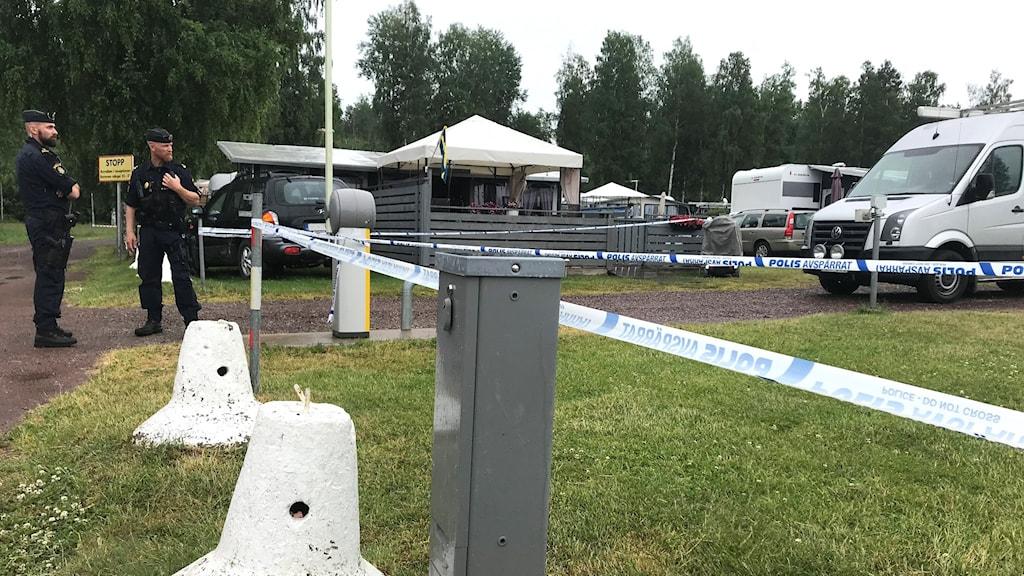 En brottsplats som polisen spärrat av med band. Foto: Marie Trygg/Sveriges Radio.