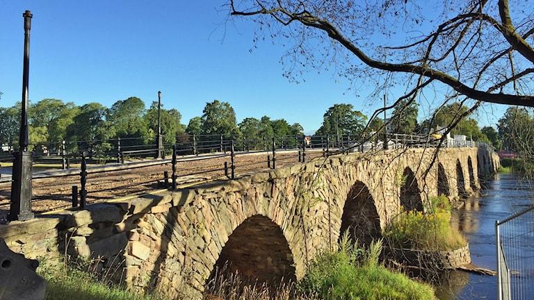 Stenvalvsbron i Karlstad är Sveriges längsta och renoveras nu för att så ytterligare 100 år Foto: Elias Andersson/sveriges radio