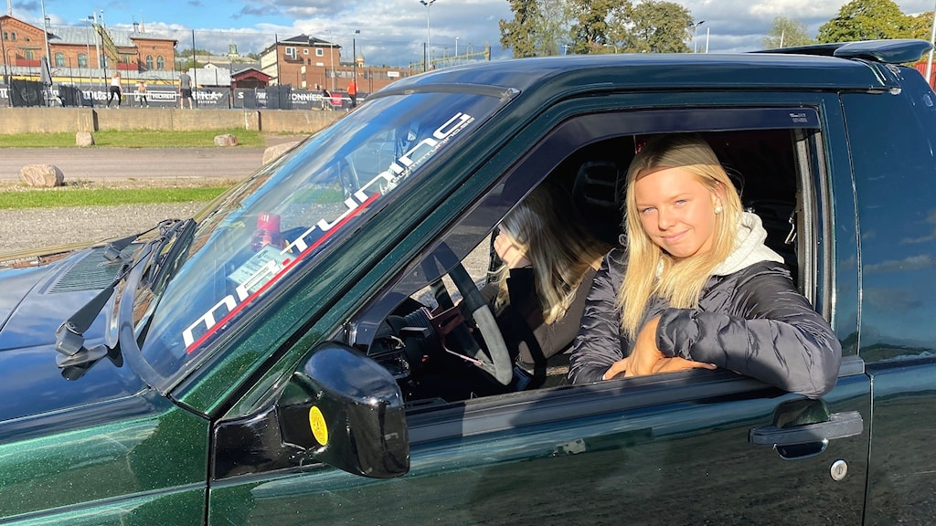 Leia Gustavsson sitter i sin a-traktor. Foto: Annika Ström/Sveriges Radio.