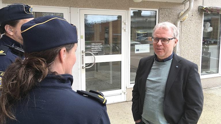 SG Brobys rektor Ronnie Palmquist talar med poliser. Foto: Per Larsson/Sveriges Radio.