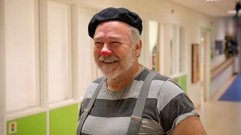 Porträtt på clown i sjukhuskorridor