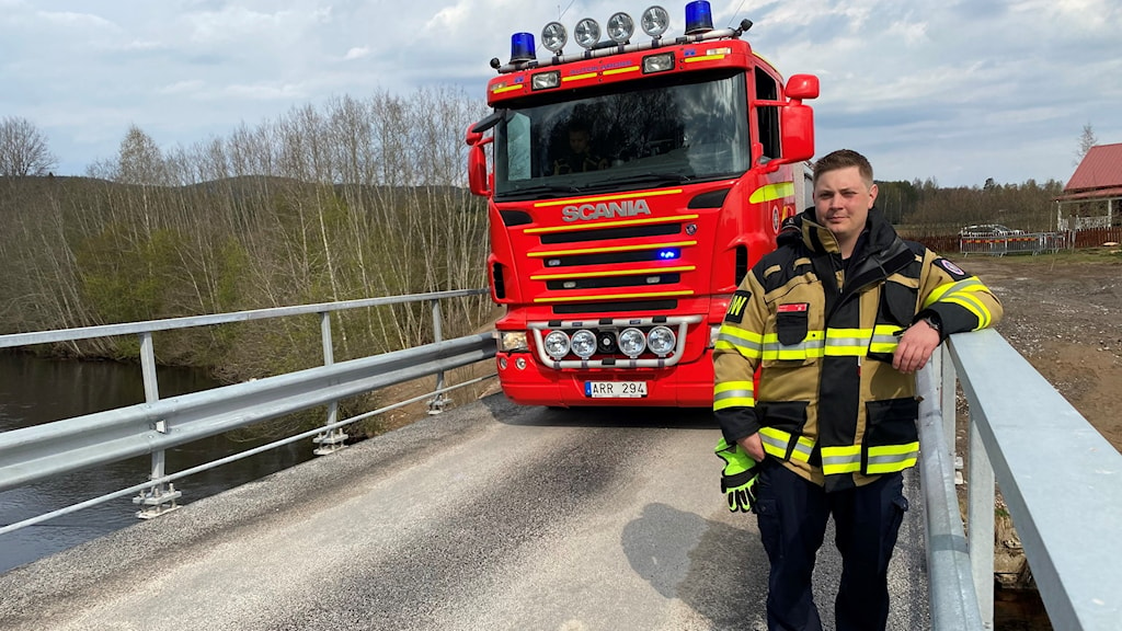 Brandman stående på bro med brandbil i bakgrunden. Foto: Aron Eriksson/Sveriges Radio.
