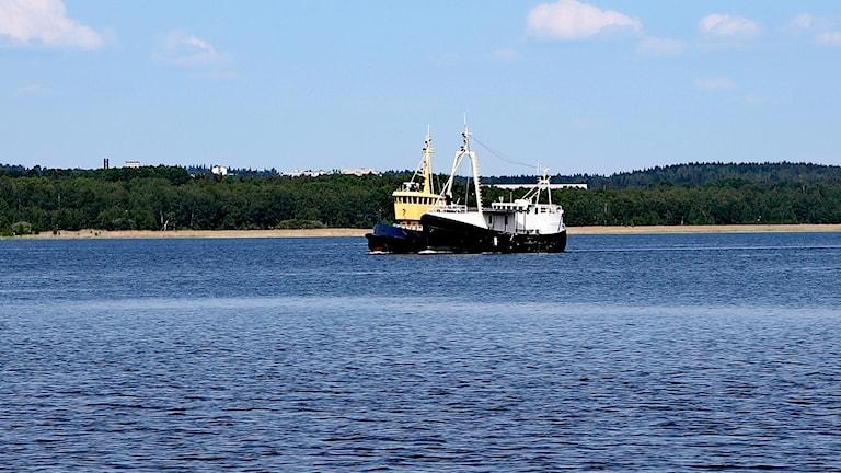 Skeppet Daisy bogseras från Mörudden till Karlstad. Foto: Örjan Bengtzing/Sveriges Radio.