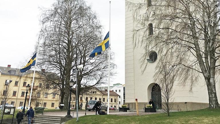 Flaggor på halvstång utanför Domkyrkan i Karlstad. Foto: Björn Söderholm/Sveriges Radio.