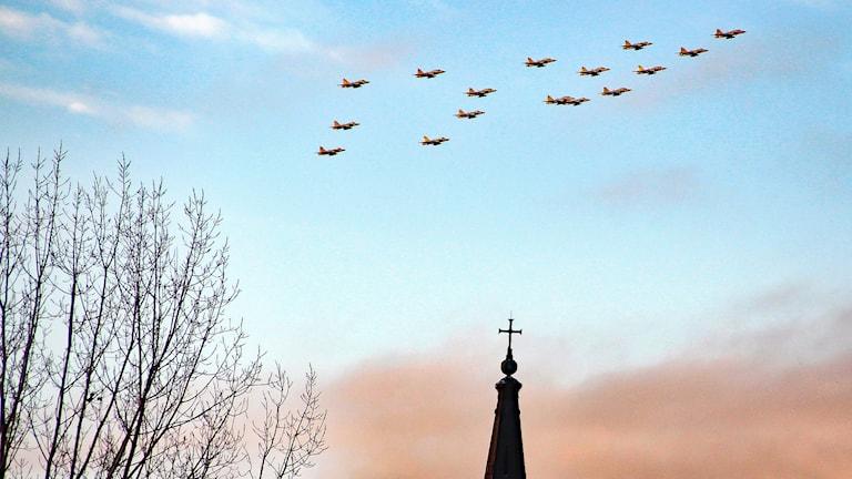 Flygplan i en formation på himlen. Foto: Lars-Gunnar Olsson/Sveriges Radio.
