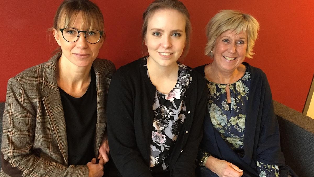Projektkoordinatorerna Jennie Fröling och Pia Andersson tillsammans med deltagaren Matilda Jonasson (mitten).