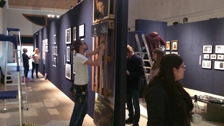 Utställare gör i ordning inför 100 löpmeter Foto på Värmlands museum