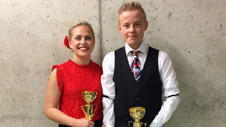Emilia Ivarsson och Hampus Falk med sina pokaler. Foto: Wibecke Ivarsson.