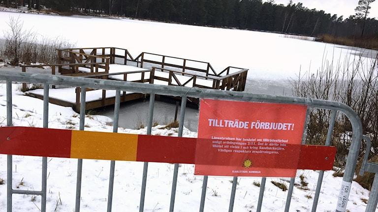 """Skylt som visar """"tillträde förbjudet"""". Foto: Sara Johansson/Sveriges Radio."""