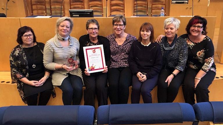 Sju kvinnor som alla arbetar på ett prisbelönt boende. Foto: Pressbild.