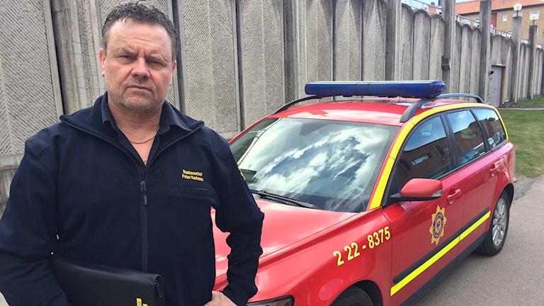Peter Karlsson, stationschef i Filipstad framför parkeringshuset på herrhagen. Foto: Micael Thernström