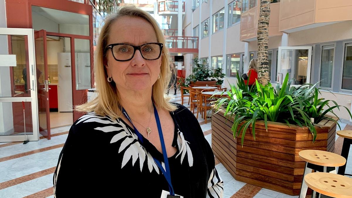 Lena Gjevert, tillförordnad Hälso- och sjukvårdsdirektör, står i Regionens hus, karlstad