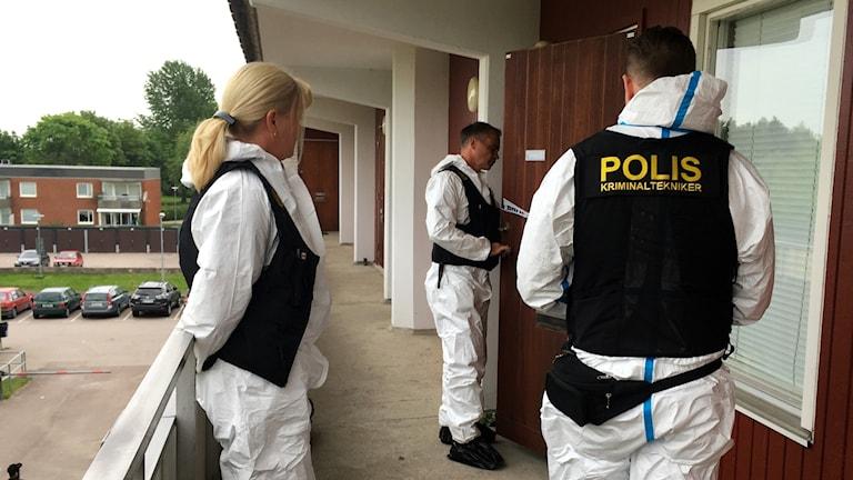 Kriminaltekniker utanför kvinnans lägenhet.