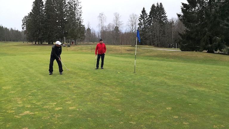 Två spelare på en golfgreen. Foto: Kils Golfklubb.