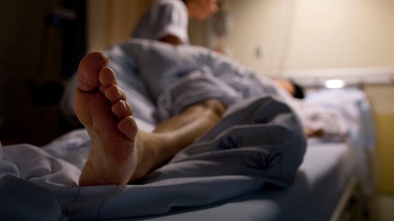 Enperson ligge ri en sjukhussäng. Foto: Tore Meek/TT.