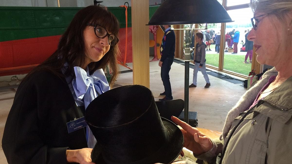 Malin Sveholm, (tv) expert på vintagekläder på Antikrundan under inspelningen under söndagen.
