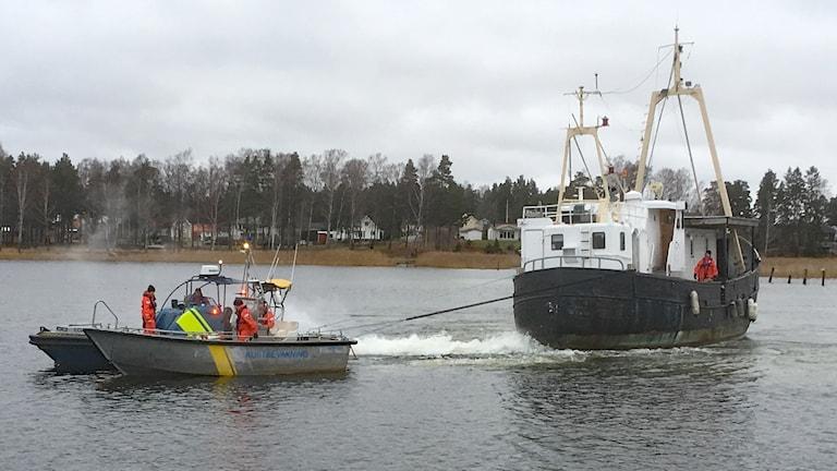 Ett skepp bogseras. Foto: Per Larsson/Sveriges Radio.