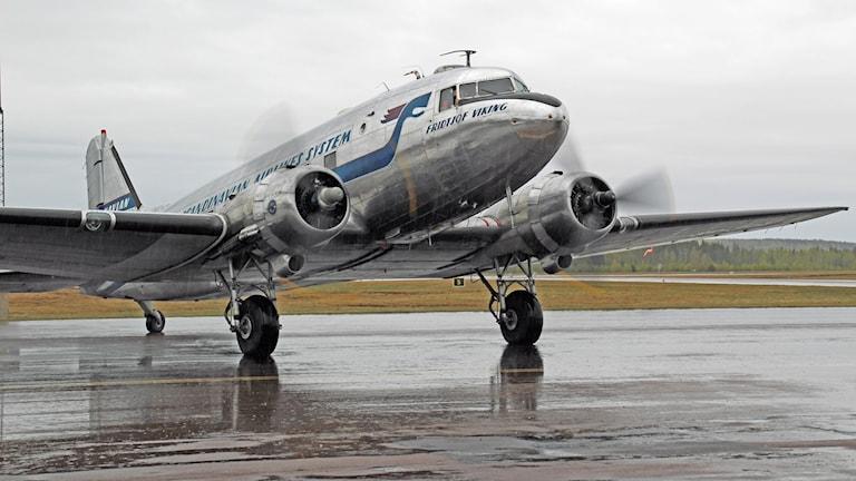 DC-3:an Daisy anländer till Karlstad Airport.