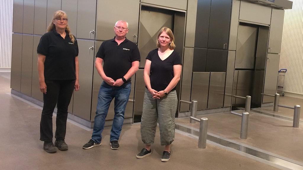 Helena Hultkrantz, Per Ahlbeck och Elna Forsberg framför två krematorieugnar. Foto: Jonas Berglund/SVeriges Radio.