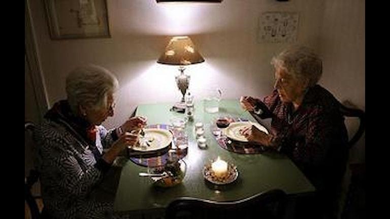 två äldre damer äter mat tillsammans.Foto Bertil Ericson / SCANPIX /