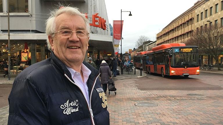 Ulo Helmvee, Karlstadsbo som har lagt ett e-förslag om att införa gratis kollektivtrafik för pensionärer i kommunen. Foto: Magnus Hermansson/Sveriges Radio.