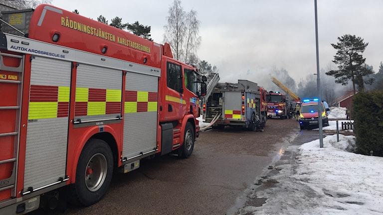 En brandbil och andra blåljusfordon. Foto: Jenny Tibblin/Sveriges Radio.