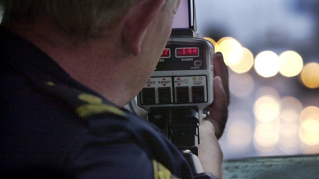 En polis kollar hastigheten på fordon. Foto: Björn Larsson Ask/TT.