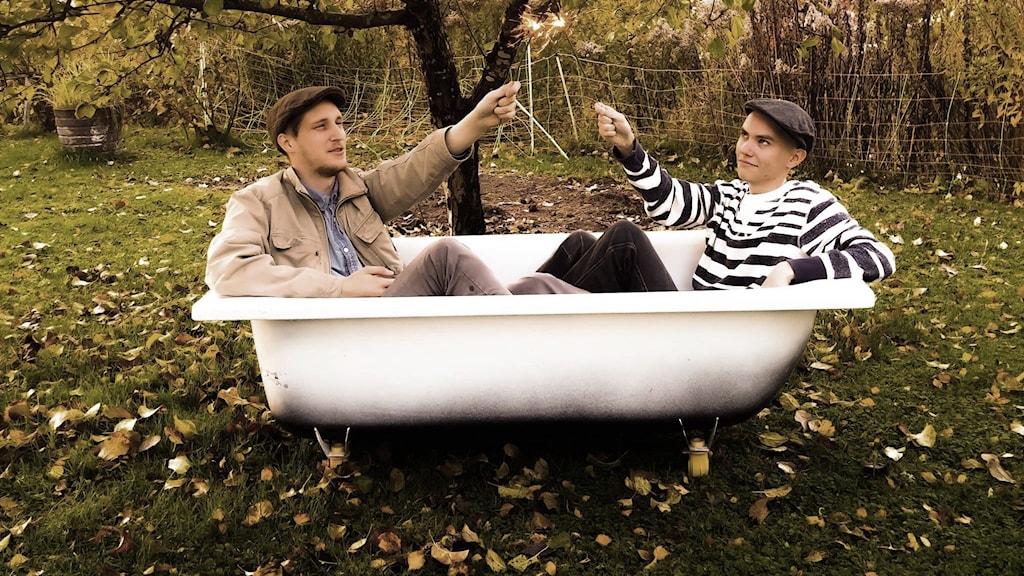 Två män i ett badkar.