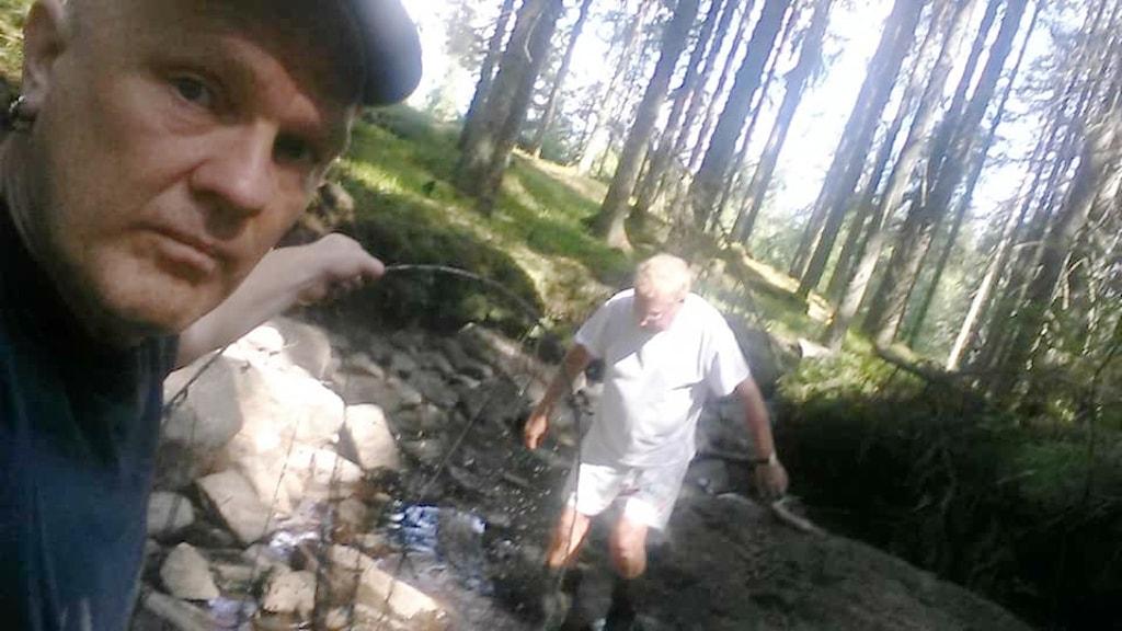 Anders Persson och hans far räddar bäcköringar som fastnat i vattenpölar. Foto: Privat