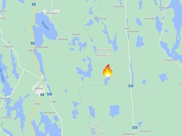 Skogsbrand i svår terräng på gränsen mellan Örebro län och Värmland