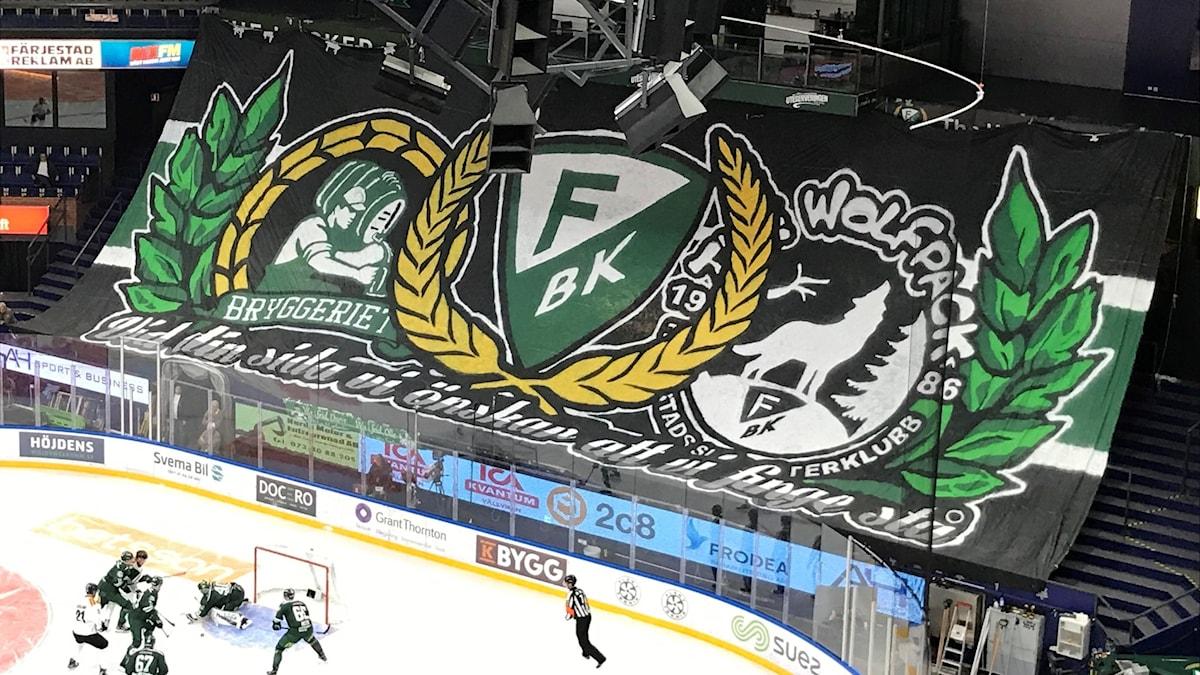Hela ståplats i Löfbergs Arena täcks av ett stort tifo med budskap från fansen att de önskar att de finge stå.