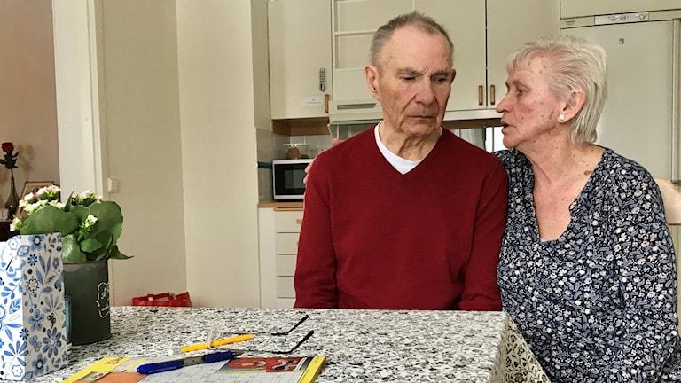 Alf och Maj-Britt Jonsén sitter vid köksbordet på Alfs vårdboende. Foto: Amanda Moln/ Sveriges Radio.