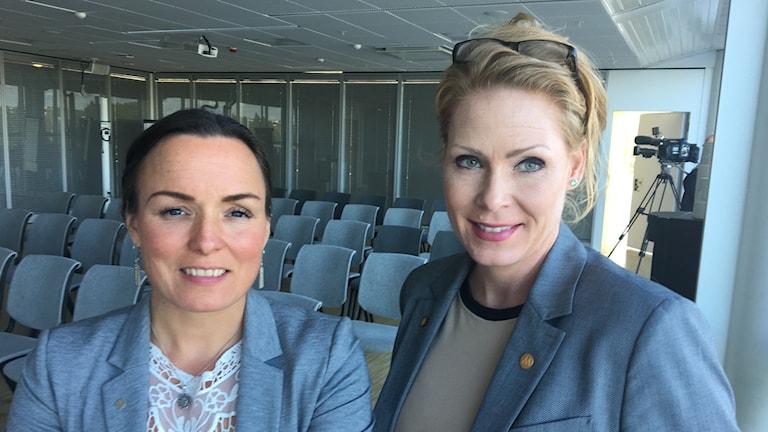 två damer i ett konferensrum