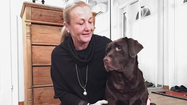 Karin Björck och spårhunden Hilda. Foto: Robert Ojala/Sveriges Radio.