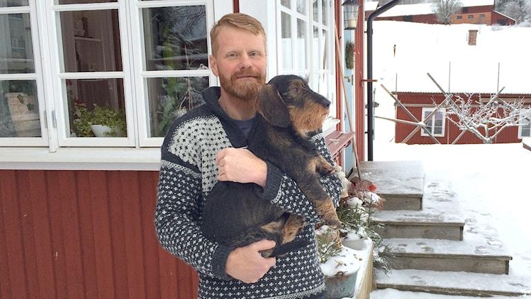 Tommy Lövgren och hunden Verner. Foto: Felix Hall/Sveriges Radio.