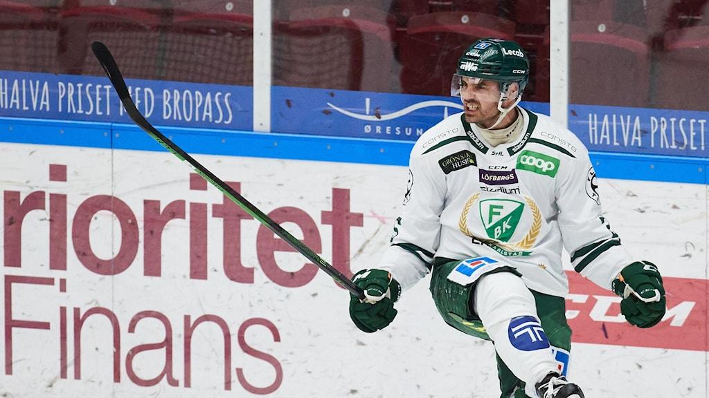 Färjestads Martin Johansson som avgör matchen jublar under måndagens SM-slutspel,