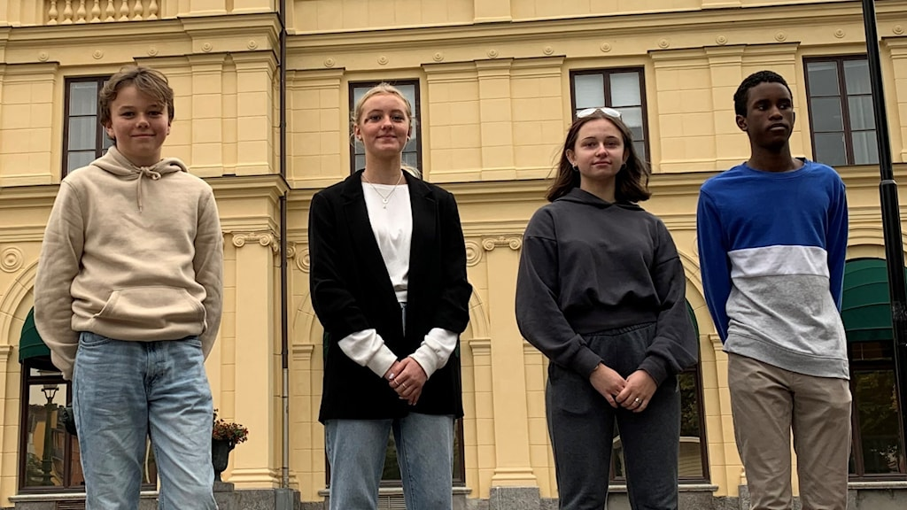 fyra ungdomar står på rad framför husfasad. Foto: Viktoria Svärd Karlsson/ Sveriges Radio.