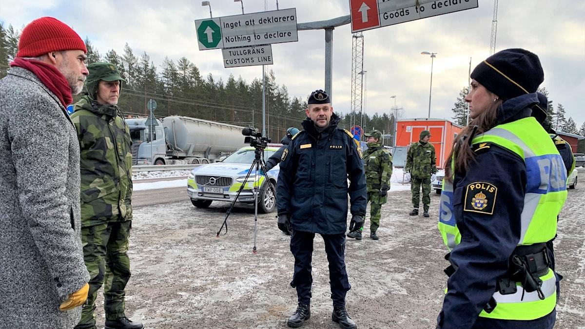 Några personer vid gränsen till Norge. Poliser och landshövdingen.