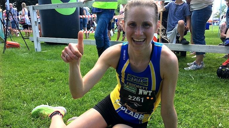 Vinnaren Heidi Pharo gör tummen upp efter målgång.