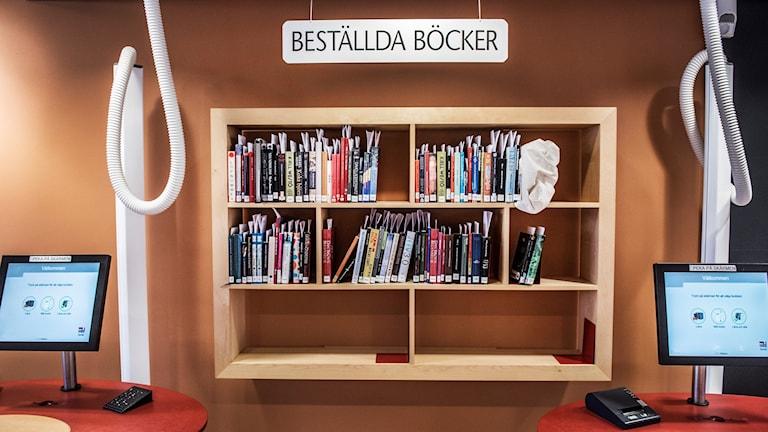 Böcker i en hylla och datorskärmar. Foto: Tomas Oneborg/SvD/TT.