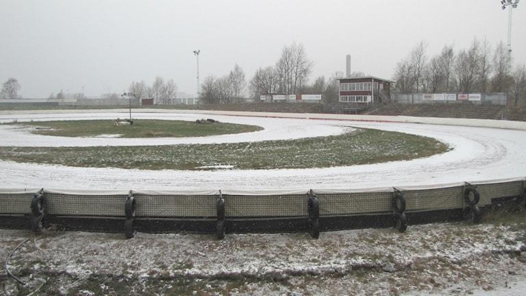 Speedwaybanan Kalvholmen i vinterskrud. Foto: Magnus Hermansson/Sveriges Radio.