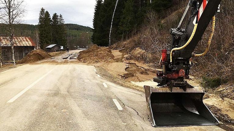 Jordmassor ligger över en väg. Foto: SVT Nyheter Värmland.