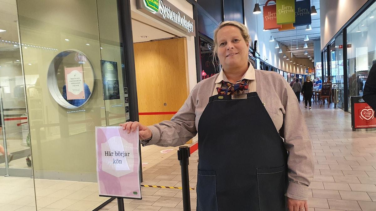 Bild på Angelica Almlöf som är butikschef på Systembolaget i Charlottenberg.
