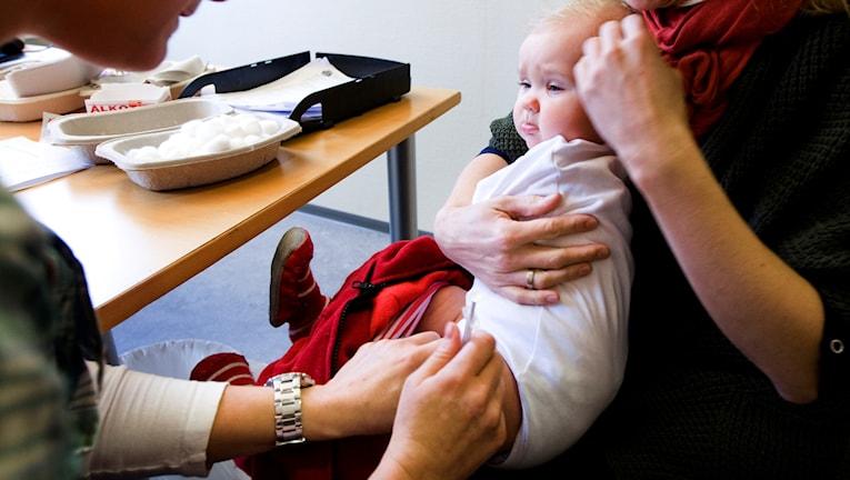Ett barn vaccineras. Foto: Heiko Junge/TT.