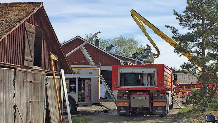 Räddningstjänstfordon vid en byggnad. Foto: Per Larsson/Sveriges Radio.